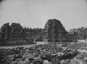 COLLECTIE_TROPENMUSEUM_De_aan_Brahma_Shiva_en_Vishnu_gewijde_tempels_op_de_Candi_Lara_Jonggrang_oftewel_het_Prambanan_tempelcomplex_TMnr_60020656