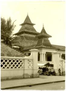 COLLECTIE_TROPENMUSEUM_De_moskee_aan_de_alun-alun_in_BandoengB