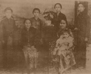 Ibrahim, Aminah, Salmah Emah, dan Umar bersama Lasmitakusuma yang mengurus anak-anak Sangkana setelah sang ibu wafat. Di depan ada Siti Sadijah yang sedang menggendong bayi Raden Jusuf.