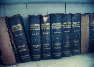 Ensiklopedia Winkler Prins koleksi kakek di Pematang Siantar.