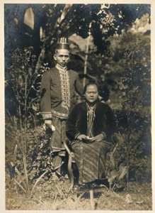 Raden Toemenggoeng Soemitro Kolopaking Poerbonegoro van Bandjarnegara met Raden Ajoe 1930 KITLVB