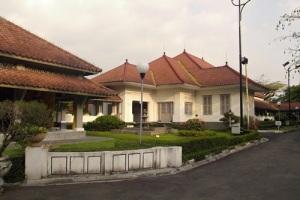 Bekas Kantor Kabupaten, sekarang Rumah Dinas Walikota Bandung di belakang Pendopo. Dibangun Sukarno atas permintaan gurunya, Wolff Schoemaker.