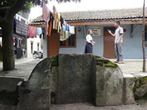 Batu nisan makam Tan Sim Tjong di Kampung Sentiong, Jalan Elang, Kota Bandung.